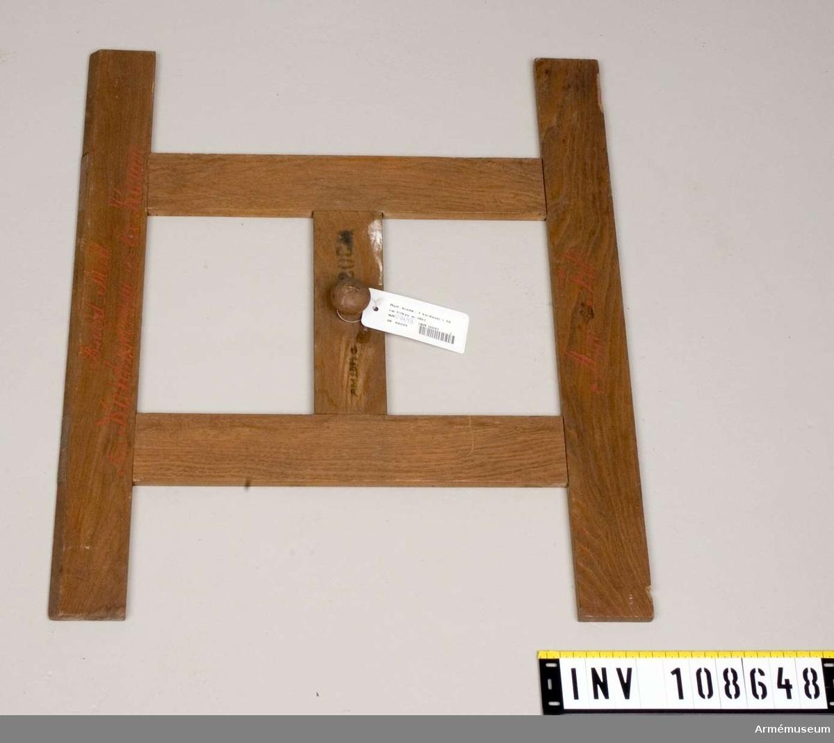 Grupp F. V.  För tillskärning av tyg till karduser för 20.cm. framladdningskanoner M/.1867. 1. höjmall, av trä. 2. bredmall, av trä. 3. sömsmånsmall, av plåt.