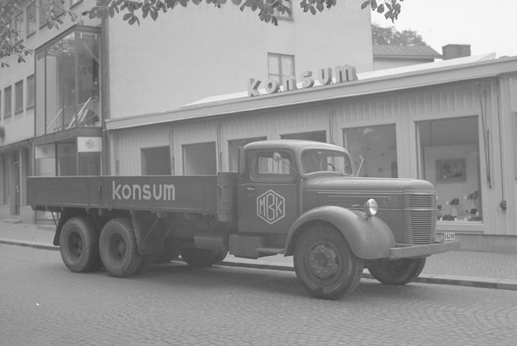 "Text till bilden: ""Konsums Bilpark. 1949.09.15""             i"