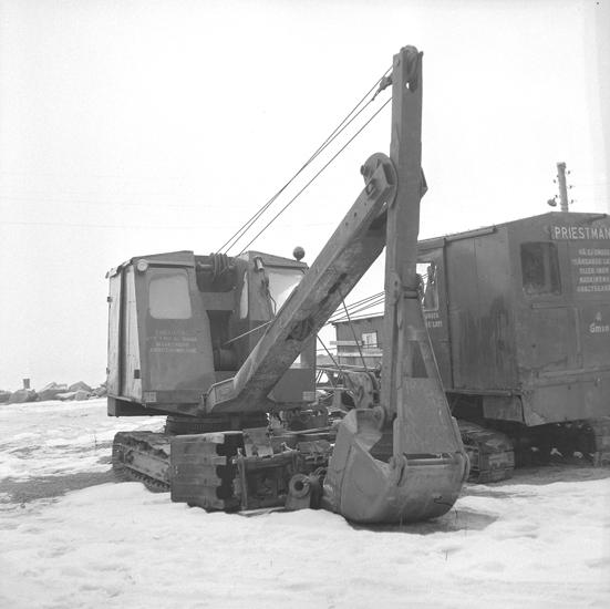 """Text till bilden: """"Grävmaskin och Vägverkets förråd. 1959.02.04"""""""