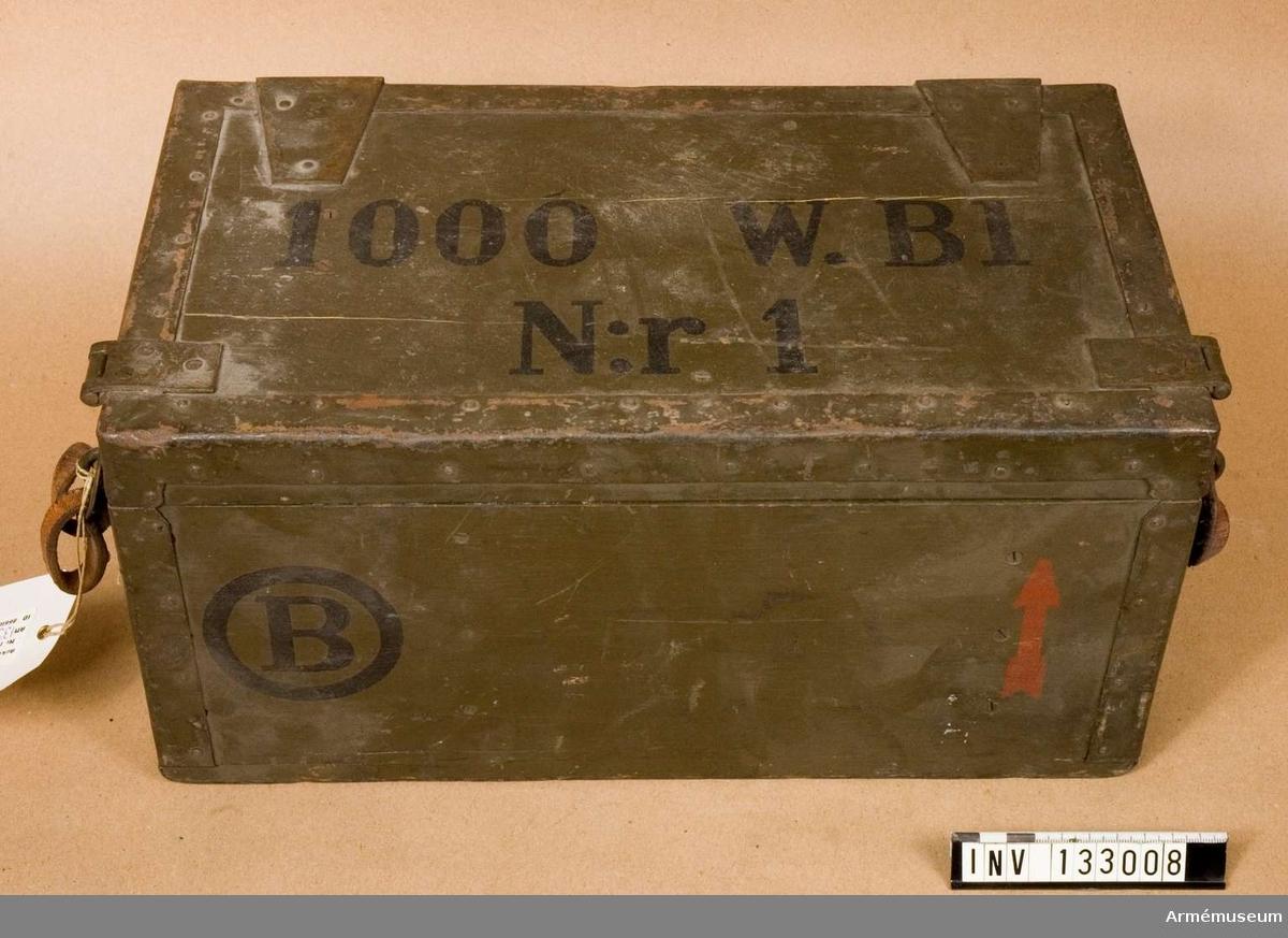 Grupp H II.  Generator till 1000 W radiostation.  Tillbehör till radiostation 1000 W vari det bl. a. ingår motor, sändare, mod.förstärkare, mikrofonförstärkare, materiellåda med innehåll, antennlåda och generator.
