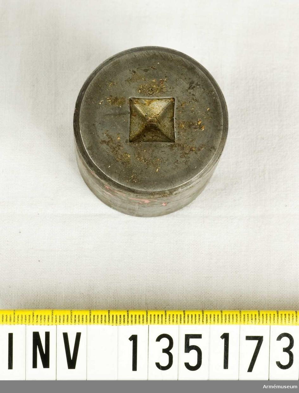 Märkt AR 12599. 2 stycken punsar.