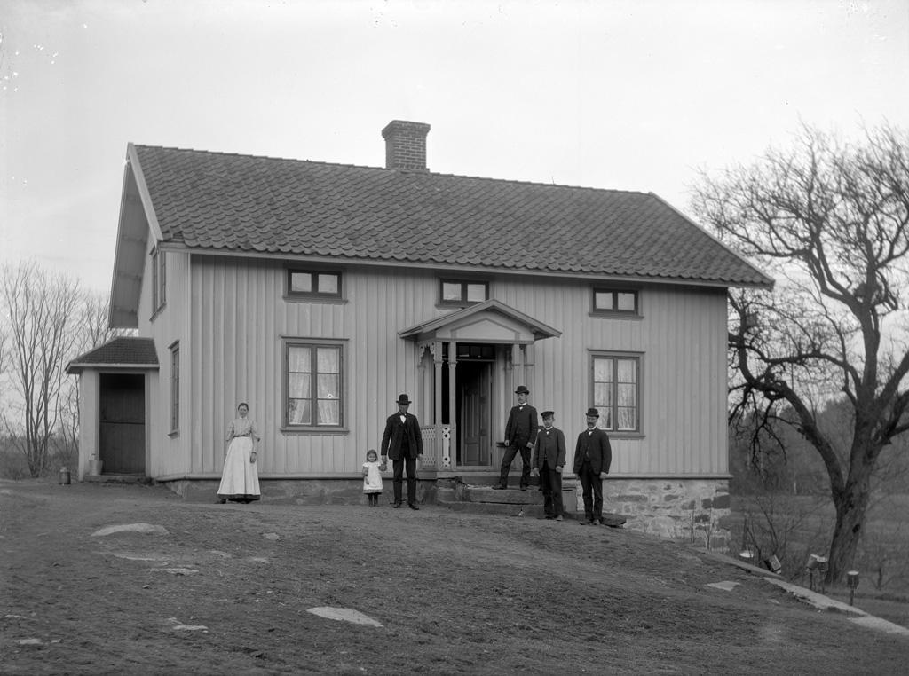 """Text till bilden: """"Ljus byggnad på nära håll. Plats: Ugglehult. Den 20/5 1907""""."""