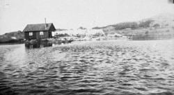 """Bildtext till kopian i fotoalbumet: """"Tvättstugan vid Edsvatt"""