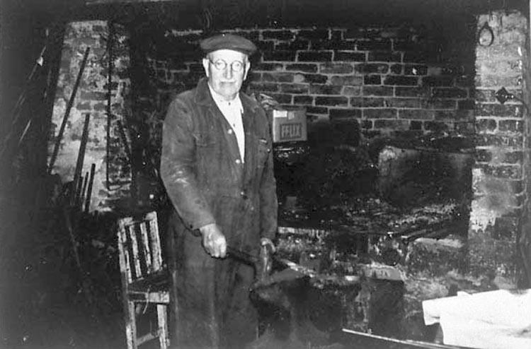 """Bildtext till kopian i fotoalbumet: """"Smedmästare Verner Pettersson f. 1885 d. 1973 Fiskebäckskil""""."""