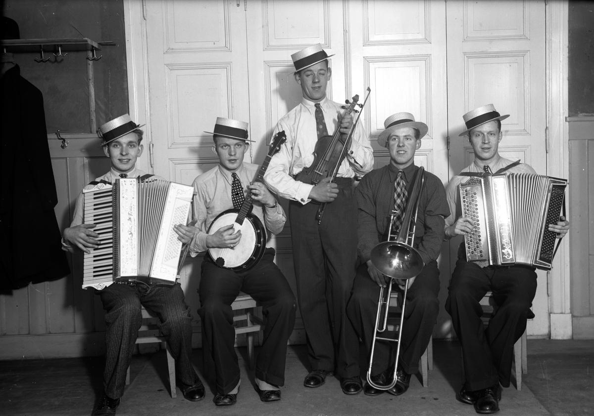 Fem män med två dragspel, en banjo, en fiol, en trombon i ett Föreningshus intill Bostäderna som ägdes av Tändsticksfabriken i Jönköping? Från vänster John Börjesson, Gustav Johansson, Sven Bergkvist, Bengt Schön, Sven Börjesson.