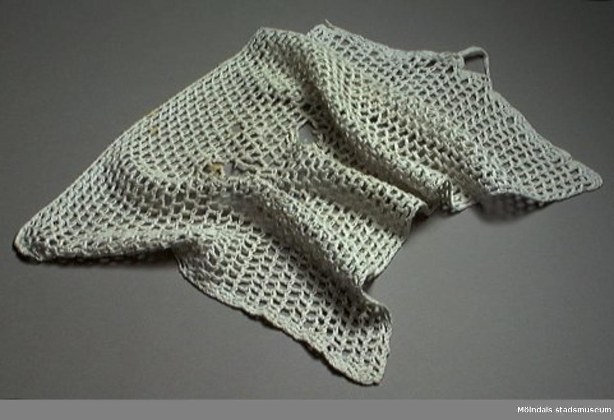 Virkad vit handduk i bomull.Ägaren var morfar till givarens fru.