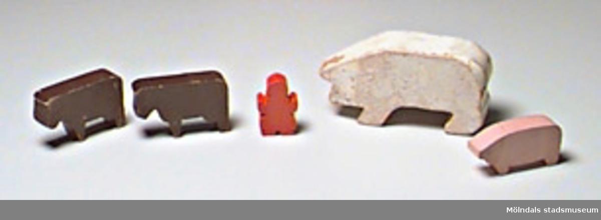 Två grisar, två oxar, en stiliserad gumma.Tidigare sakord: leksaksfigur.