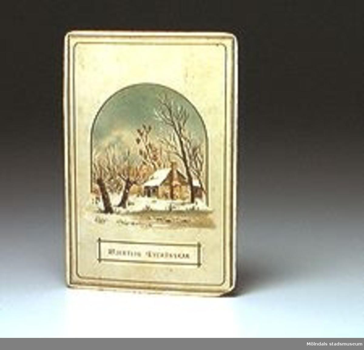 """Gratulationskort med bild av snötäckt trädgård med litet hus. Tryckt text på framsidan: """"HJERTLIG LYCKÖNSKAN"""". Minne af J Lundberg till Godtfrid. Signering i bläck på baksidan."""