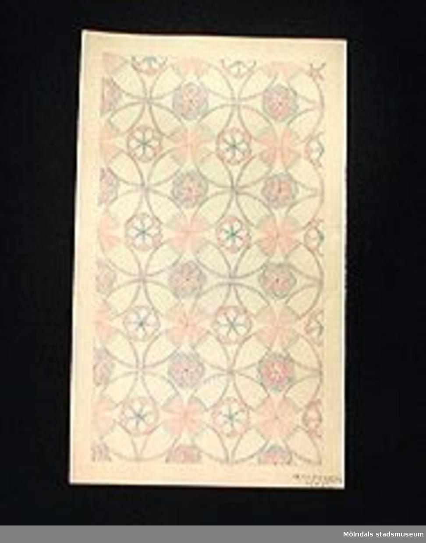 Komposition med cirkel som grundelement. Färglagd i rött och blått.Elevarbete från textillärarseminariet.Gåvan förmedlad genom Gustav Wickström.
