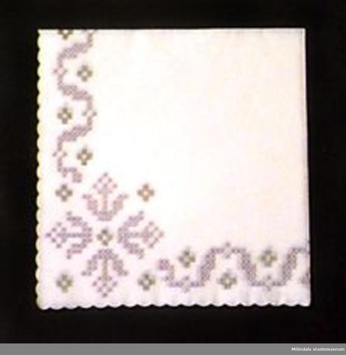 """Servetter av olika slag. Gjorda av tunt papper. Alla mått anger ihopvikt tillstånd.MM02243:1 Tre kaffeservetter. Fjärils- och blommotiv i rosa och svart på vit botten. L: 124 mm. B: 124 mm. Vågklippt kant.:2 Två kaffeservetter. Rosdekor rött och svart på vit botten. L: 120 mm. B: 120 mm. Vågklippt kant.:3 En kaffeservett. Enkel blomsterrand i rött (blommmor), grönt (blad) och brunt(kvistar) på vit botten. L: 150 mm. B:155 mm.:4 Sex julservetter. Grön och röd grankvist- och blomdekor på vit botten med små röda stjärnor på. L: 180 mm. B: 180 mm.:5 Två servetter. Gröna med stora, röd/rosa blommor och gulddekor. Vit kant. L: 180 mm.B: 180 mm.:6 Åtta påskservetter. Påskkäring samt texten """"Glad Påsk!"""" som dekor i gult, vitt och grönt på vit botten. L: 170 mm. B: 170 mm.:7 Fem påskservetter. Påskliljedekor i gult, grönt, blått och brunt på vit botten. L: 180 mm. B: 180 mm.:8 Sju vita servetter med grått korsstygnsmönster tryckt längs kanten och små guldkors. L:170 mm. B: 170 mm. Vågad kant.:9 Sju servetter med en röd kräfta och gröna dillkvistar som dekor i hörnet på vit botten. L: 190 mm. B: 190 mm. Några lite gulfläckade."""