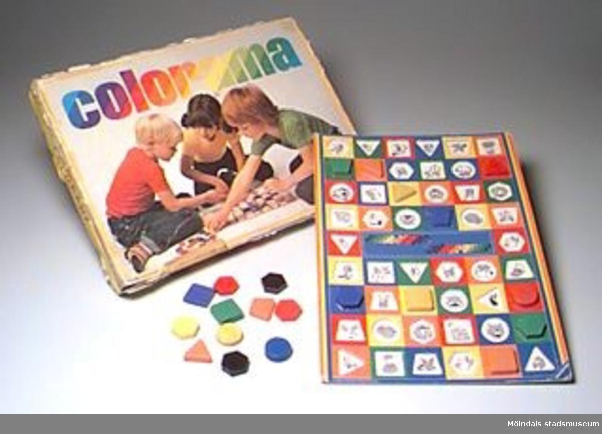 Ett tärningsspel för en till 6 deltagare i åldern 3 - 8 år. En spelplan där man efter tärningskort placerar markörer (pjäser) efter form, färg och djurfigur. Tärning och regler saknas i förpackningen. Ritat med krita på utsidan. Lådan är sliten.Gåva av Katrinebergs daghem.Tidigare sakord: spel, sällskaps.