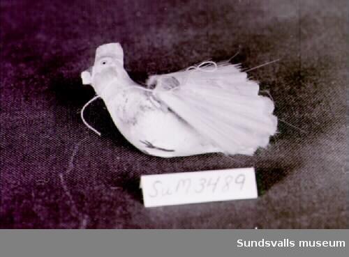 Prydnadssak av gips föreställande en vit fågel.