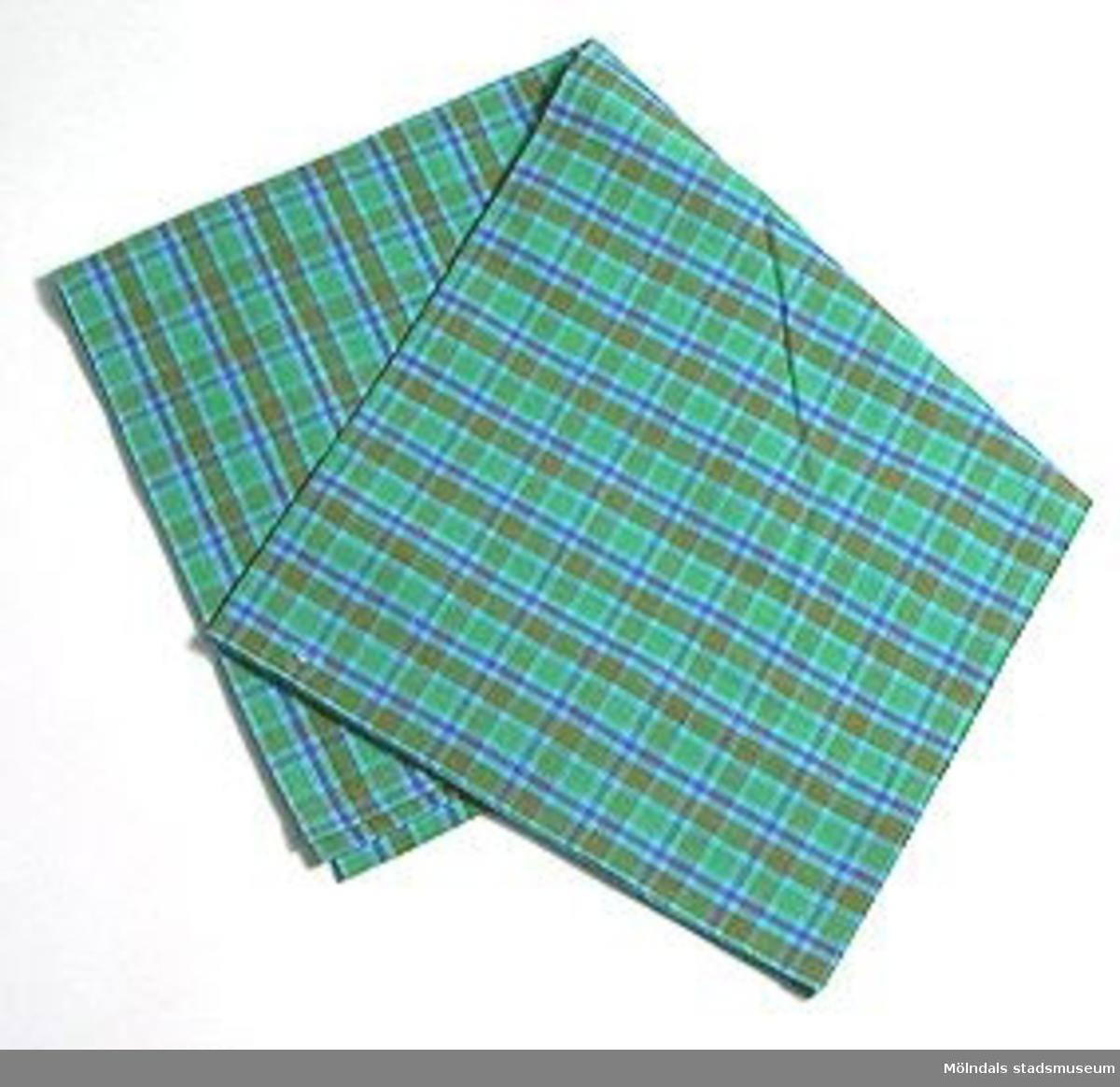 Påslakan i grönrutigt tyg med knappar. Tillhör MM02510 - 02513 (påslakan och kuddvar).