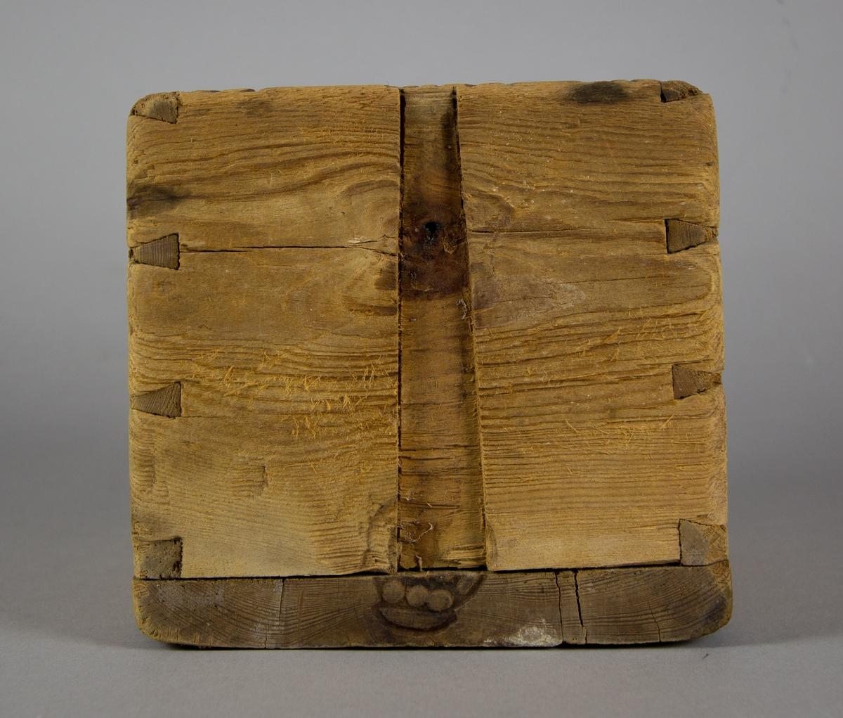 Mått tillverkat av trä.  Fyrkantigt till formen. Rymmer c:a 2.5 liter. Kronstämplat på alla sidor och på bottens insida.
