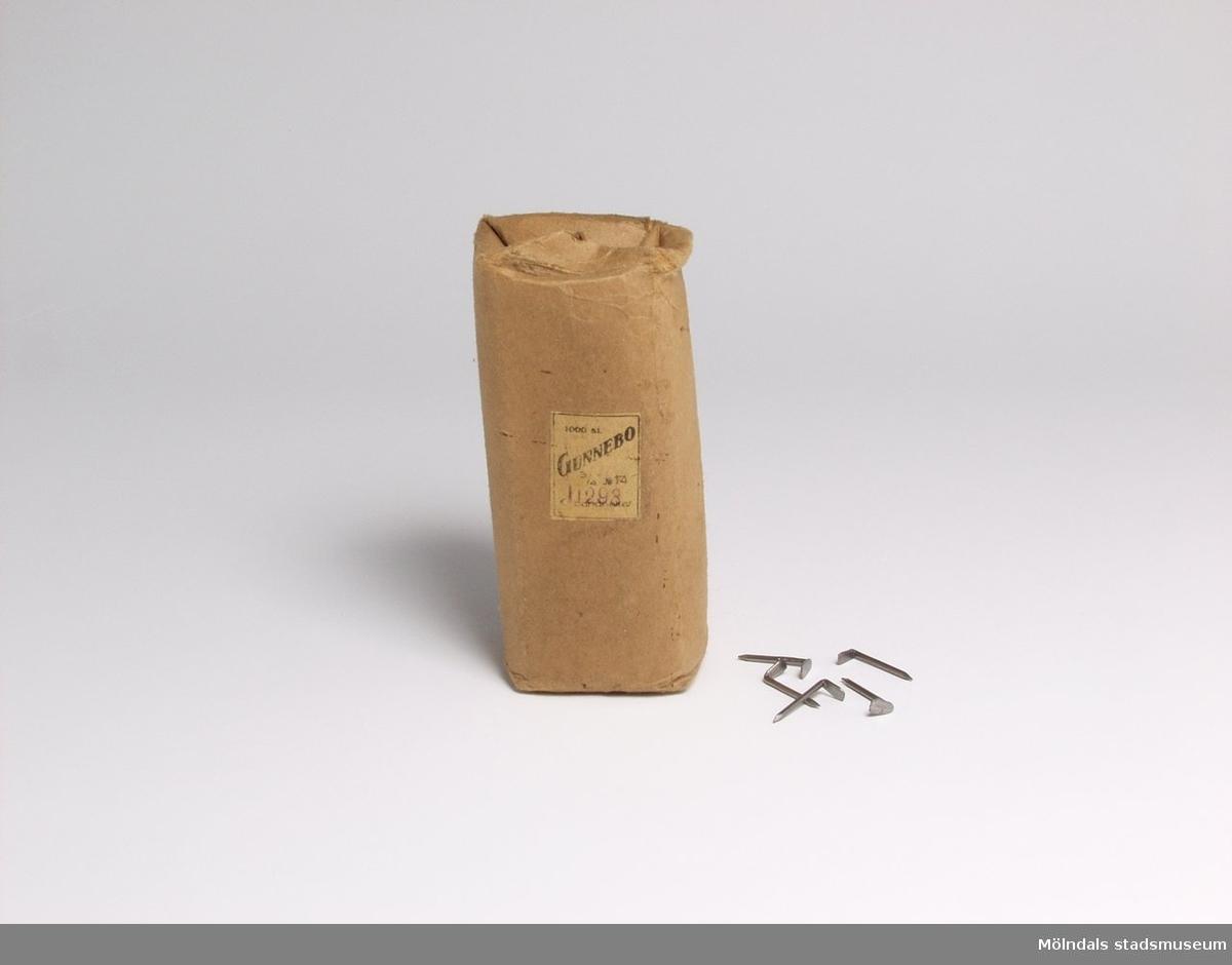 En pappersförpackning med kabelspik för telefonkabel.