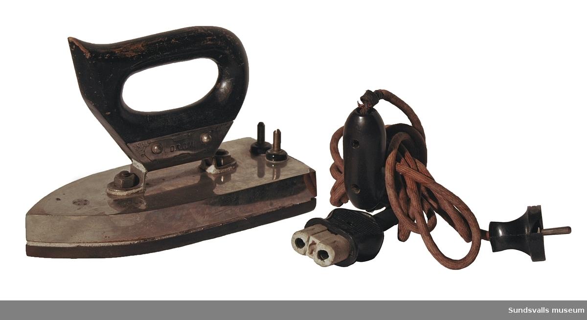 Elektriskt strykjärn i krom med trähandtag, Elsladd med strömbrytare.