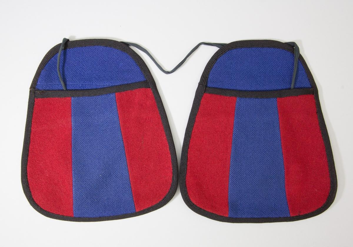Kjolsäck till dräkt för kvinna från Östervallskog socken, Värmland. Modell med avskuret framstycke. Tillverkad av troligen handvävt ylletyg, tuskaft, i två färger. Framstycket gjort av tre delar, rött i mitten och och blått på sidorna. Framstycket fodrat med fabriksvävt bomullstyg, tuskaft, rutigt i flera färger. Bakstycke och överstycke av det blåa tyget, på baksidan förstärkt med grå vadmal och blått tyg. Kantad runtom med svart diagonalvävt ylleband. Två stycken kjolsäckar fästa, en på var sida, på ett knytband av svart bomull.