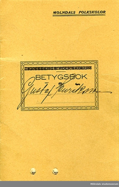 """En betygsbok med terminsbetyg utskrivet för Gustaf Adolf Henriksson född den 5/4-1919 i Mölndals församling och inskriven i Fässbergs folkskolor den 23/8-1926.MM04265:1: Betygsbokens framsida, där det står """"BETYGSBOK för Gustaf Henriksson"""", i övre högra hörnet står det också trykt """"MOLNDALS FOLKSKOLOR"""".Bokens fram - och baksida är gjord av papp.MM04265:2: Betygsbokens mittuppslag med Gustafs uppgifter och betyg."""