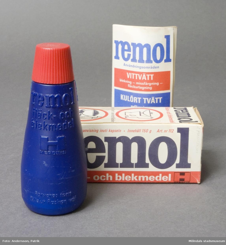Fläck- och blekmedel, Remol. Blå plastflaska med röd skruvkork. Innehållet hårt, intorkat. Förpackad i papperskartong, utförlig bruksanvisning inuti kapseln.