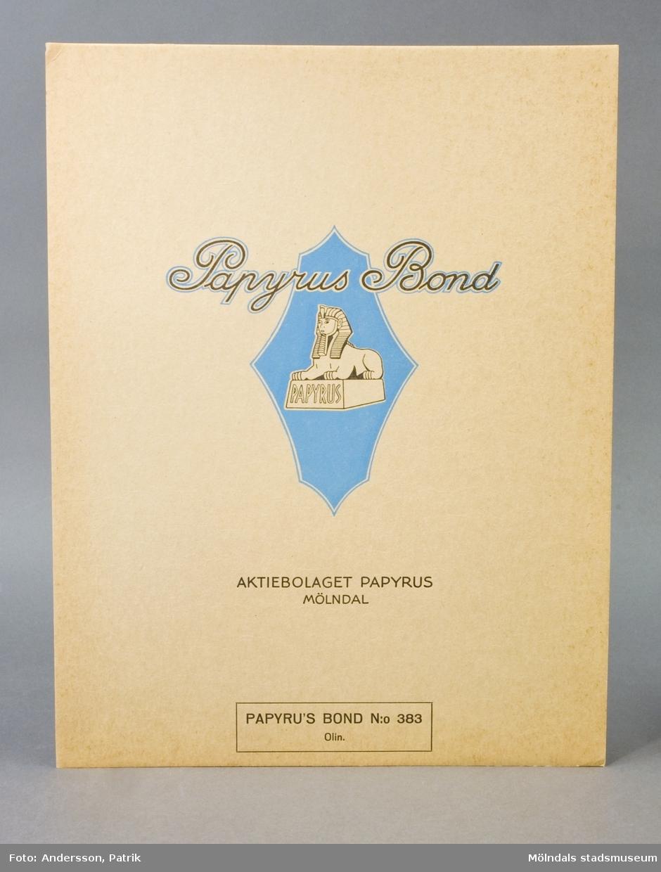 """Lock till emballage av kartong för postpapper, """"Papyrus Blond"""" - olinjerat papper. Logotyp, sfinx på fundament och tillverkarnamn, Papyrus.Litteratur: Papyrus 1895-1945, Minnesskrifter, Esseltes Göteborgsindustrier AB, Göteborg 1945."""