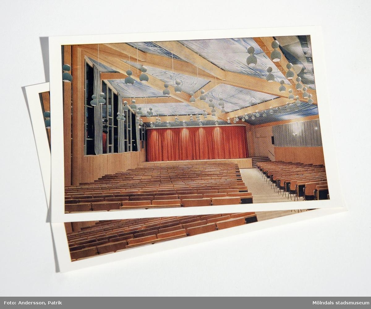 """3st vykort: Fässbergsskolans aula i Mölndal. Takmålning """"De fyra vindarna"""" av Leif Knudsen.Förlag: Mölndals stad.Fotograf: Jan Olsson.MåttLängd: 104 mm, Bredd: 146 mm"""