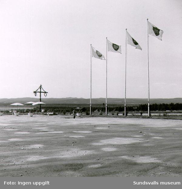 BP:s bensinstation i Torsboda, Hässjö. Möjligen i samband med invigningen midsommar 1957. I bakgrunden syns Midlanda flygfält. Till höger går E4.