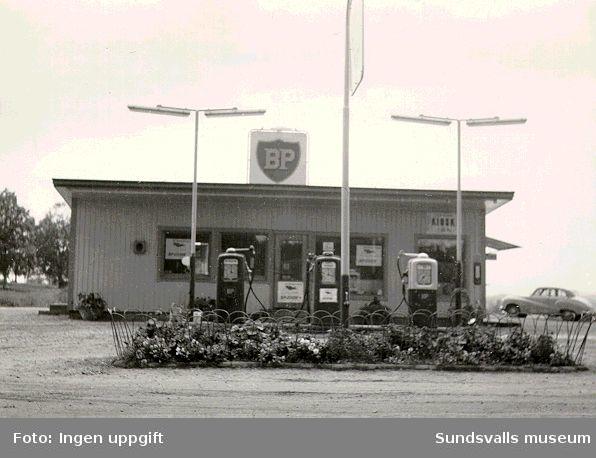 BP:s bensinstation i Torsboda, Hässjö, byggd 1957. Köpman: Roland Andersson. Hustrun Ellen Andersson ansvarade för kiosken, senare tillkom serveringen efter utbyggnad.