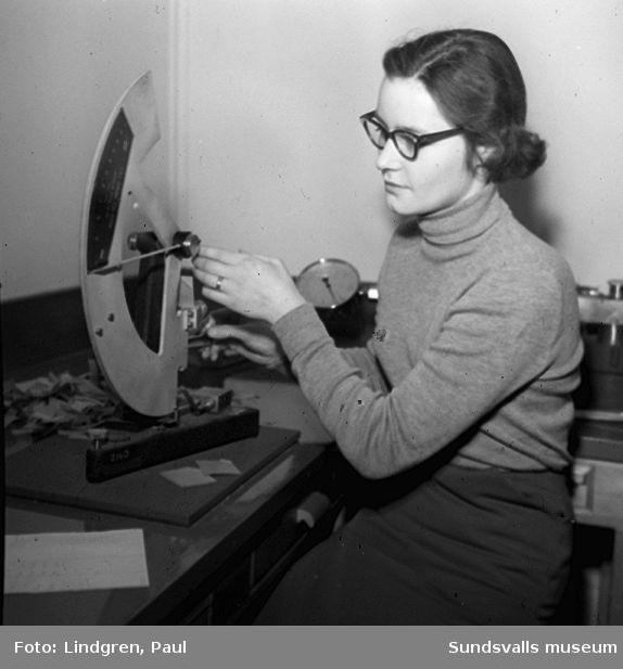 Kvinnlig cellulosaingenjör.
