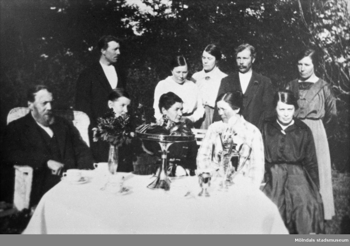 Stående från vänster: Bror, Klara, Emma, David och Ester.Sittande från vänster: Olof Edvard, hustrun Berta, Bertas syster Augusta, Anna och Oscaria.Olof Edvard Benjaminsson (född 1849), Porris i Hassungared, snickare som tillverkade soffor. Cirka 1909-1930.