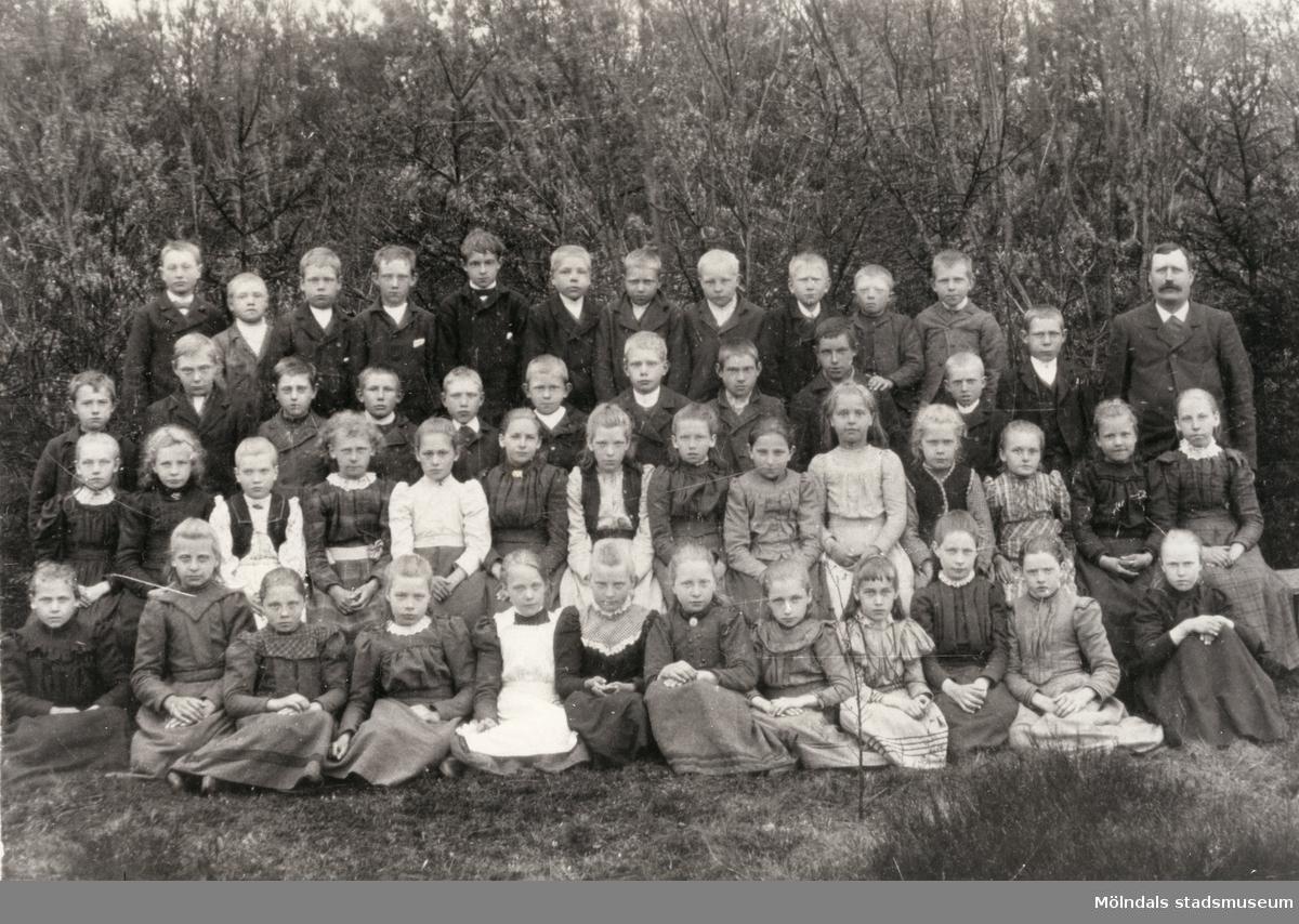 Flickor och pojkar uppställda utomhus vid Kyrkskolan i Lindome.