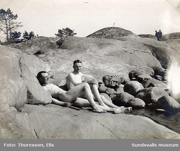 Två solbadande män.