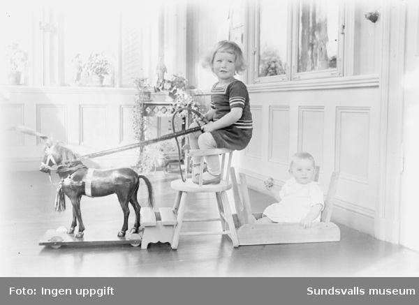 """Lekande barn. Förmodligen två av familjen Norströms barn. Deras far,Lennart Norström direktör vid Skönviks såg, moder """"Pussi"""" Dora Louise Norström."""