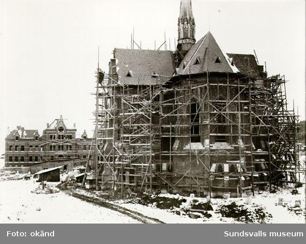 Sundsvalls kyrka (senare Gustav Adolfs-kyrkan) under uppförande. Kyrkan invigdes 1894, och ritades av Gustav Hermansson.