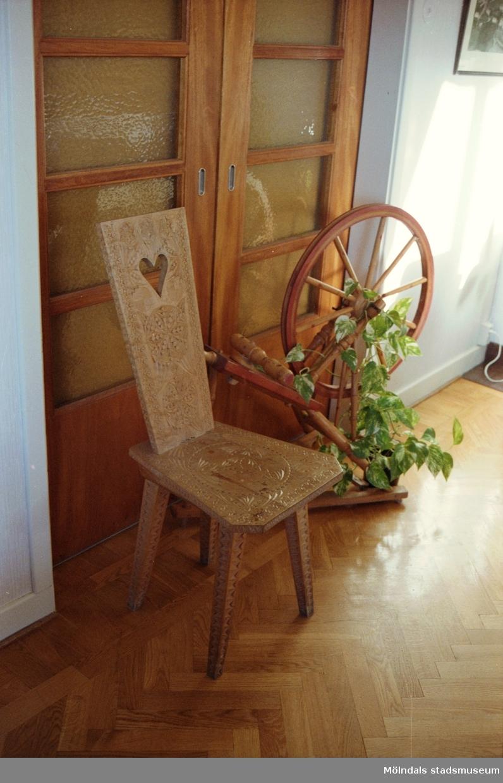 """Dörr, stol och spinnrock som står i personalbyggnadens matsal. Saker som stod på Streteredshemmets innan Mölndals museum hade sin utställning """"Är du inte riktigt klok?"""". Årtal okänt."""
