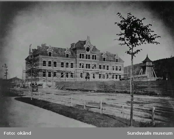 Flickskolan som nybyggd med klocktorn.