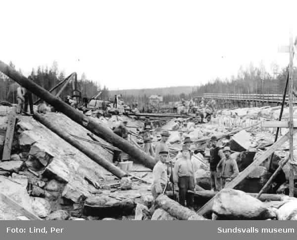 Alby 1898. Stenläggningen av kanalen till kraftverket.