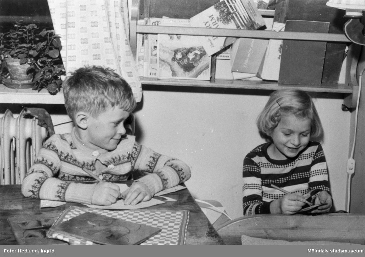 Bosgårdens barnträdgård 1938-1945. En pojke och en flicka som ritar och målar.