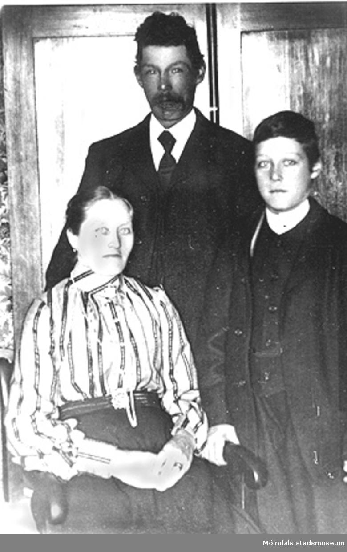 """Hjalmar Olausson med sina föräldrar. De bodde i """"de röda husen"""". Annestorp i Lindome år 1899."""