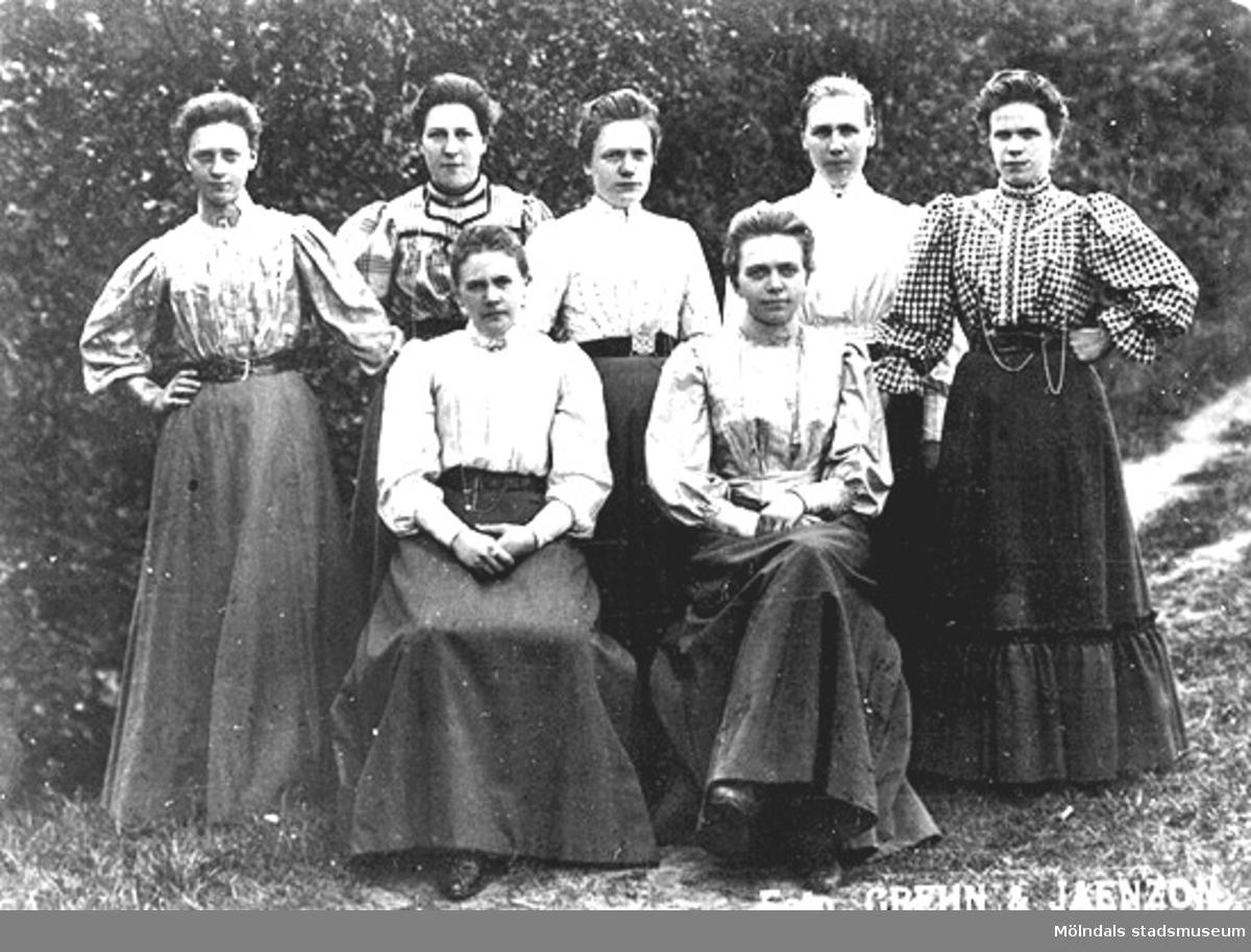 Fabriksflickor i Annestorp, början av 1900-talet. Sittande längst fram till höger är Agnes Ek.
