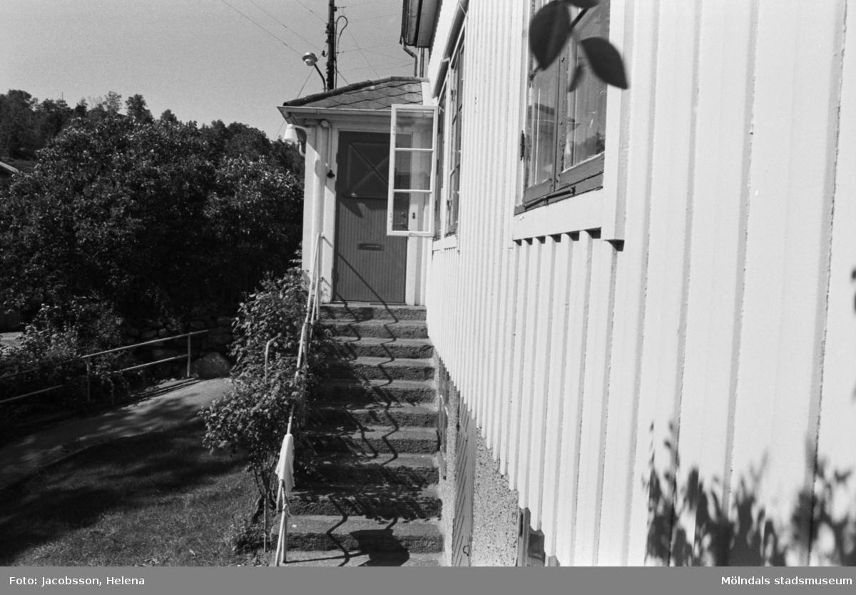 Bostadshus Roten M 11-12, okänt årtal. En husgavel med dörr, fönster och trappa.