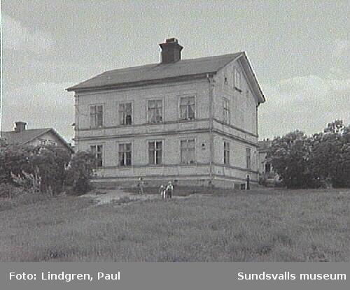 Fastigheten Långgatan 51. Kvarteret Juden låg ungefär på parkeringsplatsen till de statliga verken SPV och RFV med kvartersnamnen Måsen och Jungfrun. Området räknas nu till Västermalm.