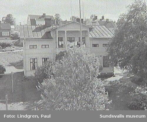 """Hjortgatan 3. Fastigheten hade tidigare adressen Privatgatan 9, där författaren Karl Johan Rådström bodde en tid och hämtade miljön till sin bok """"Vänskapsgatan"""". Byggnaden uppfördes 1899 av  Alb. Fahlberg, dåvarande lagerchefenför Botvid Johanssons vinaffär."""