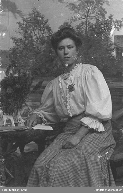 Fröken Karlsson fotograferad i Knut Kjellmans ateljé i Mölndal, början av 1900-talet.