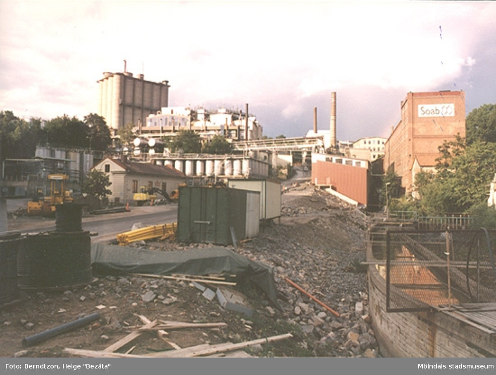 """Backen """"Kråkan"""" (Kvarnbygatan) sänkes och breddas år 1984. Vy från Forsebron mot Soab."""