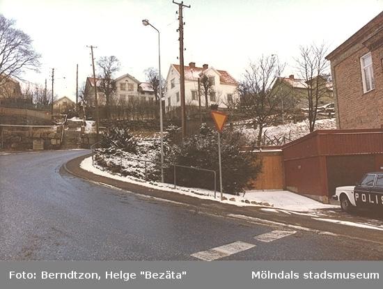 Rygatan år 1984 (polisebacken) utanför polishuset (till höger i bild), tidigare sjukhus och lokaler för Mölndals museum 1987-2002. Strax efteråt flyttade polisen till centralare delar vid järnvägen.