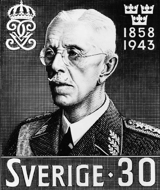 Frimärksförlaga till frimärket Gustaf V:s 85-årsdag, utgivet 16/7 1943. Foto 1940-talet. Godkänd originalteckning av Torsten Schonberg.  Valör 30 öre.