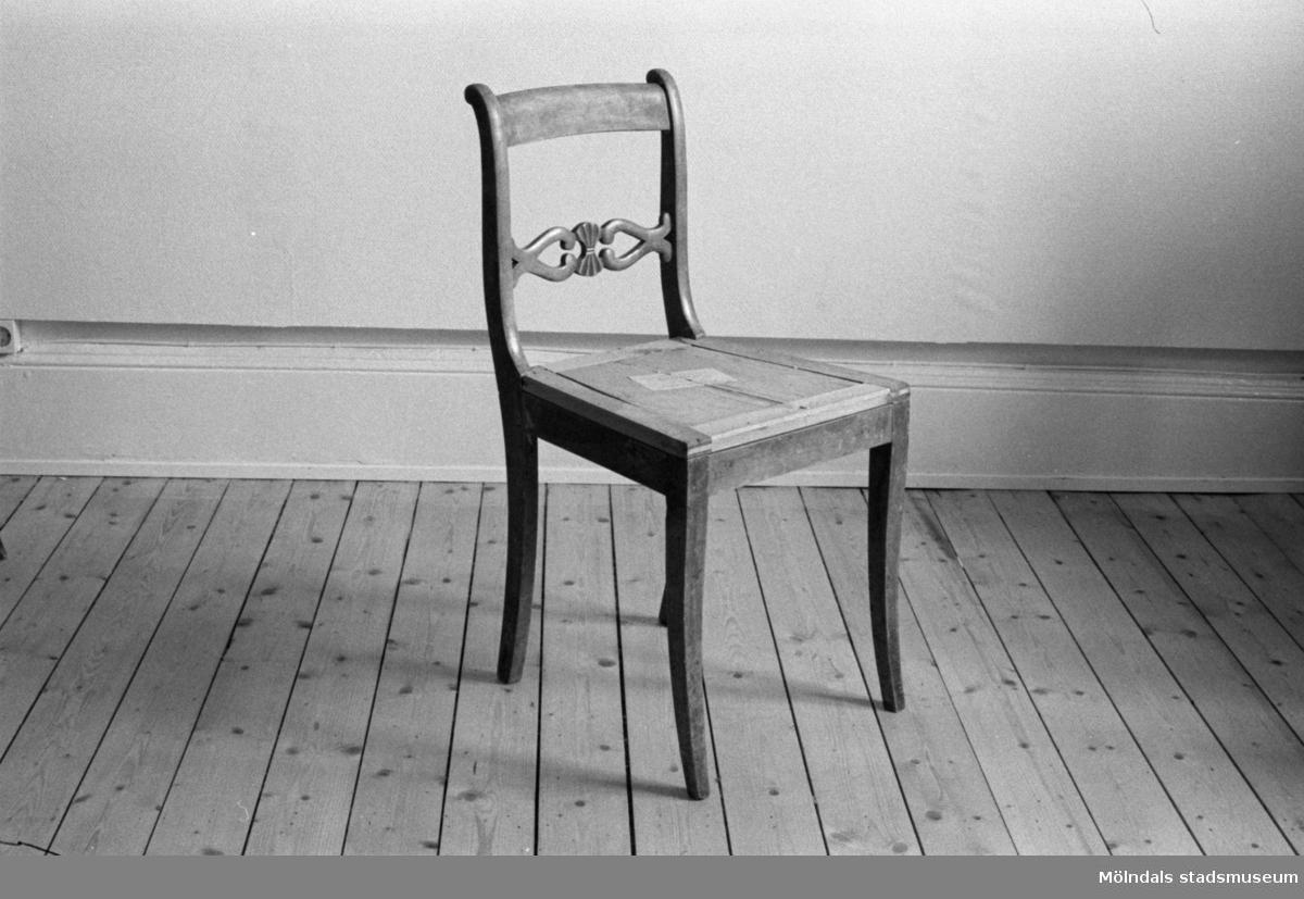 En stol i Karl Johanstil med genombruten tvärslå. Stolen är fabrikstillverkad i Småland efter en Lindomemodell.