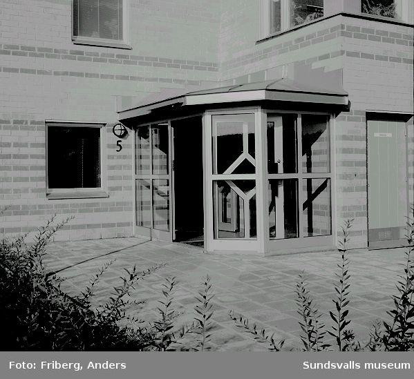 """AB Sundsvallsbyggens hyreshus i """"Skogshöjden"""", kv. Granlo 3:368, Varbergsvägen 5, Granloholm. Huset, ritat av Karin Zeipel på A o T Arkitekter, stod inflyttningsklart 1990."""