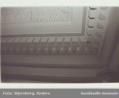 Interiördetaljer i trappan Storgatan 22. Bild 26-29 Takstuckatur och väggband med schabloner.