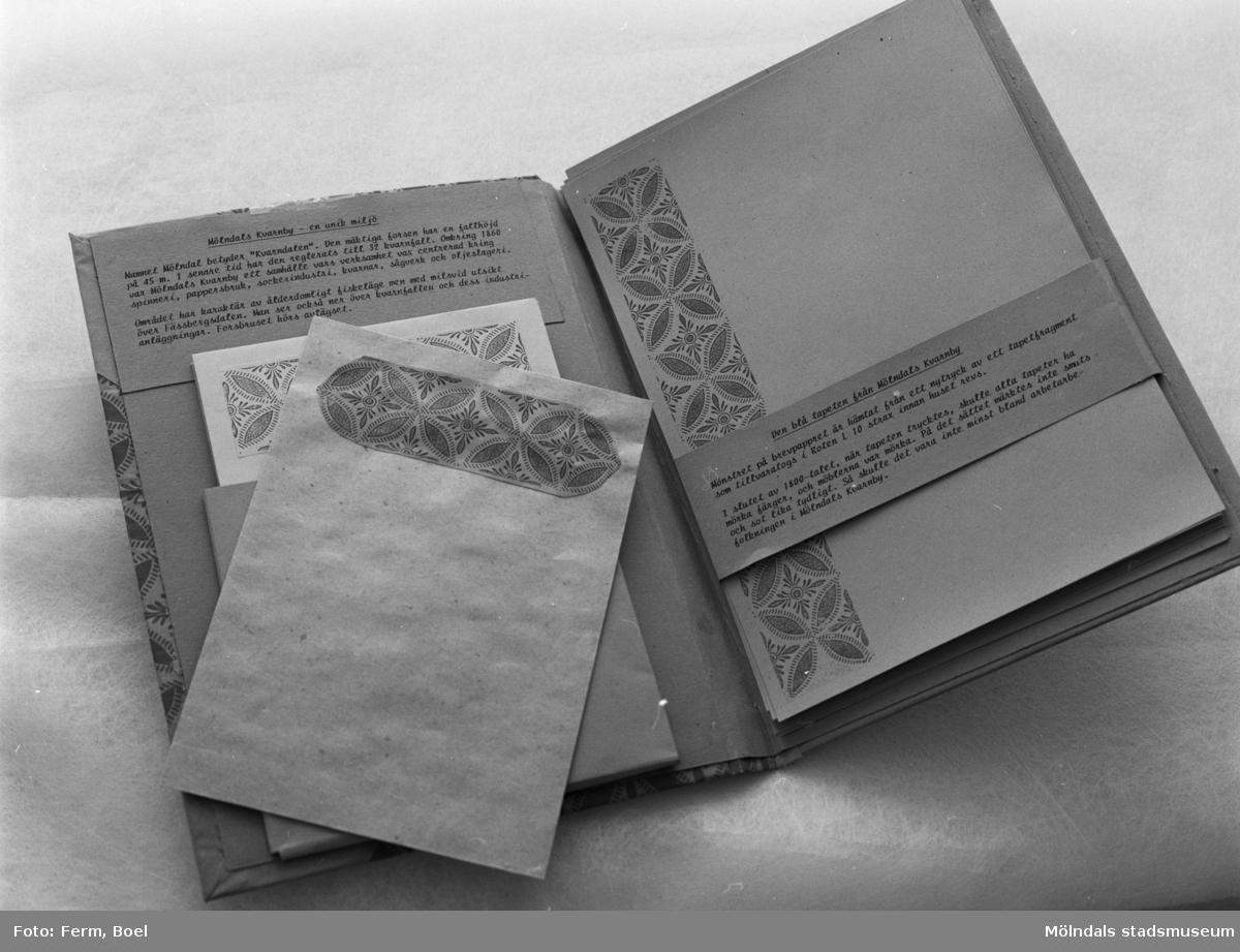 """Brevpappers-set """"Den blå tapeten från Mölndals kvarnby"""" med mönster hämtat från ett nytryck av ett tapetfragment som tillvaratogs i Roten L10 strax innan huset revs. Inlämnat förslag till en tävling 1992 om souvenir för Mölndal."""
